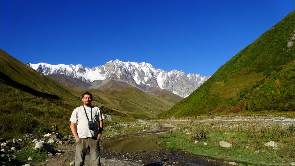 În Ushguli, Georgia, satul de la cea mai mare altitudine din Europa locuit permanent. Vârful Shkhara (5201m) în fundal.